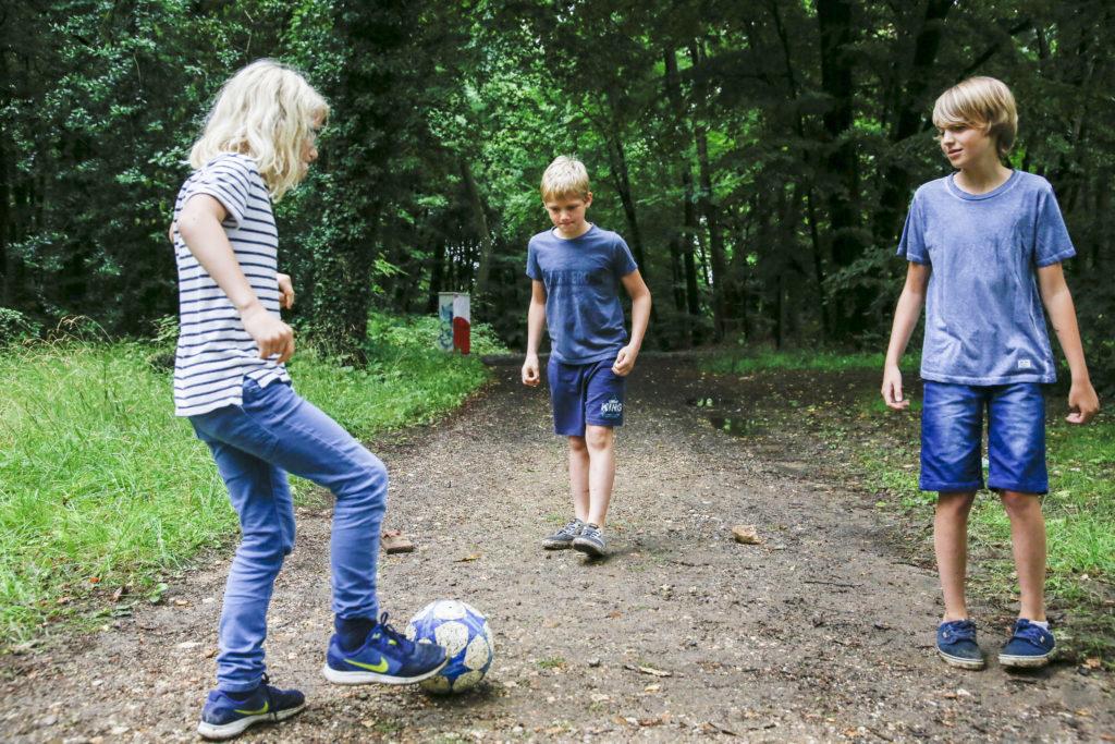 Herzkinder Finn, Ben und Victor beim Fußballspielen