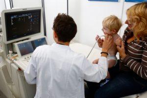 Herzkind bei Untersuchung
