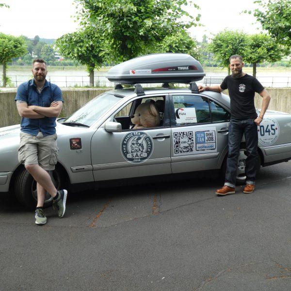 Dennis und Sebastian mit ihrem Auto