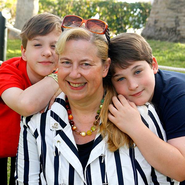 Herzkind Felix mit Mama und Bruder